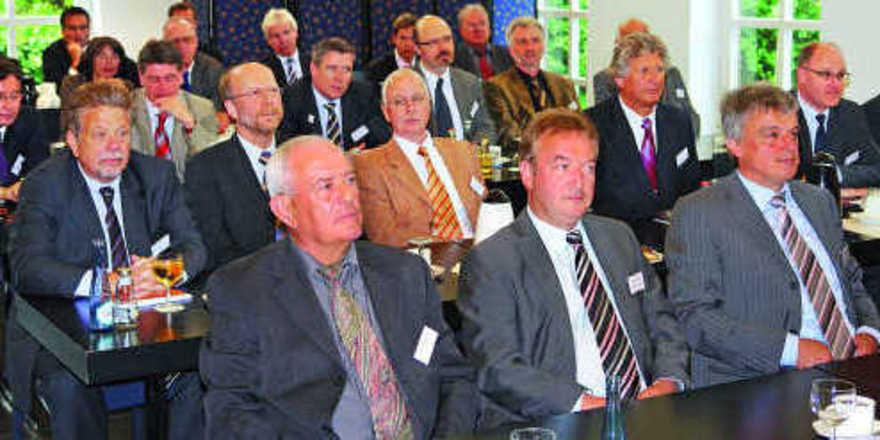 Aufmerksame Zuhörer im Bonner Universitätsclub: Erste Reihe (von links): Präsident Heinz Rudolf, Holger Knieling, GF Bäko Zentrale Süddeutschland, Udo Heckelmann, Stellvertretender Vorsitzender BZV.