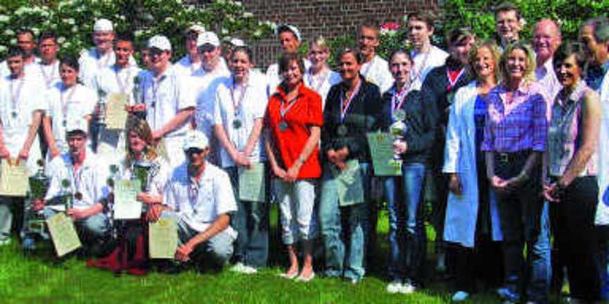 Teilnehmer und Organisatoren des Azubi-Pokalbackens und des Verkaufs-Wettbewerbs in Elmshorn.