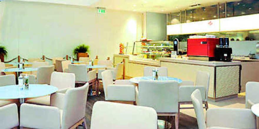 In edlem Ambiente mit maritimer Ausrichtung werden vielfältige Kaffeespezialitäten, Kuchen und Snacks serviert.