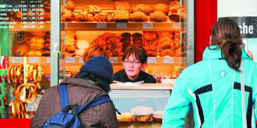 Die Verkaufsstelle einer Bäckerei an einer U-Bahn-Station am frühen Morgen: Die Reisenden haben es eilig, sind ungeduldig – Schnelligkeit und Konzentration sind beim Bedienen gefragt – und gute Nerven.