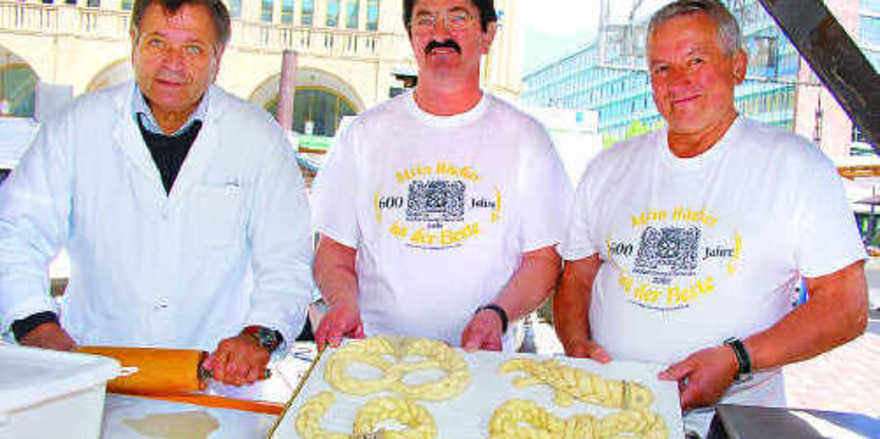 Reinhard Ruhlandt (v. l.), Frank Meyer und Bernd Kempt zeigten am Informationsstand des Chemnitzer Bäckerfachvereins, wie Weizengebäck kunstvoll geflochten und dekorativ gestaltet werden kann.