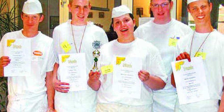 Den ersten Platz bei den Bäckern belegte Natascha Oberbeck (Mitte) von Steffens Backkunst. Auf die weiteren Plätze kamen Florian Paul, Thomas Vagt, Andre Busch und Kevin Schreiber (von links).