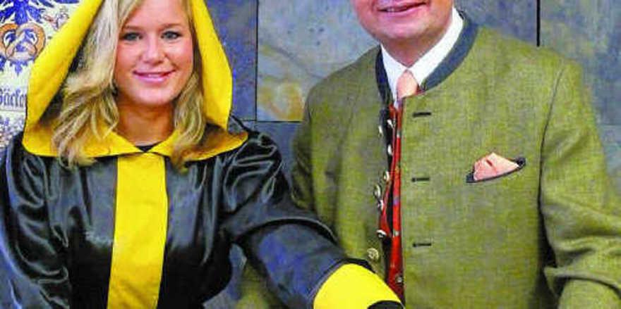 """Mona Feckl, das Münchner Kindl der Innung München, und OM Heinz Hoffmann präsentieren das neue """"Münchner-Kindl-Brot"""", das es jetzt in vielen Münchner Bäckereien gibt."""