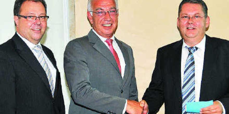 Wolfgang Schäfer (Mitte), der sich auf sein Amt als Landesinnungsmeister konzentrieren will, gratulierte Rudi Bär, dem neuen Obermeister der Innung Untermain. Links Wahlleiter Wolfgang Kramwinkel.