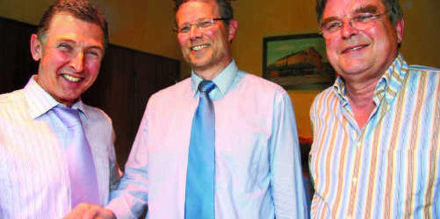 Ein herzliches Dankeschön wurde dem Versicherungsmakler Siegfried Gauggel durch OM Alfred Schweizer (links) und GF Gerolf Otto (rechts) für seinen wertfreien und sachlichen Vortrag zuteil.