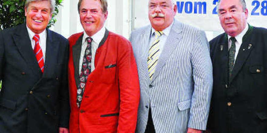 ZV-Präsident Peter Becker (links) und LIM Heinrich Traublinger (rechts) mit Wilhelm Limmer (2. von links), der für Fritz Berg in den Vorstand nachrückt.