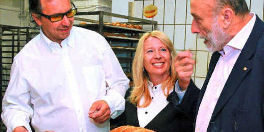 Verkostung in der Backstube (von links): Bäckermeister Peter Kapp, Gattin Sabrina Kapp und Slow-Food-Gründer Carlo Petrini.