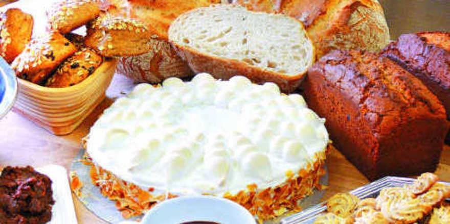 Verschiedene Backwaren mit Rosinen, -püree oder -konzentrat (von links): Vollkornbrötchen, französisches Brot, Zitronentorte mit Baiserauflage, Sandkuchen und Spritzgebäck.