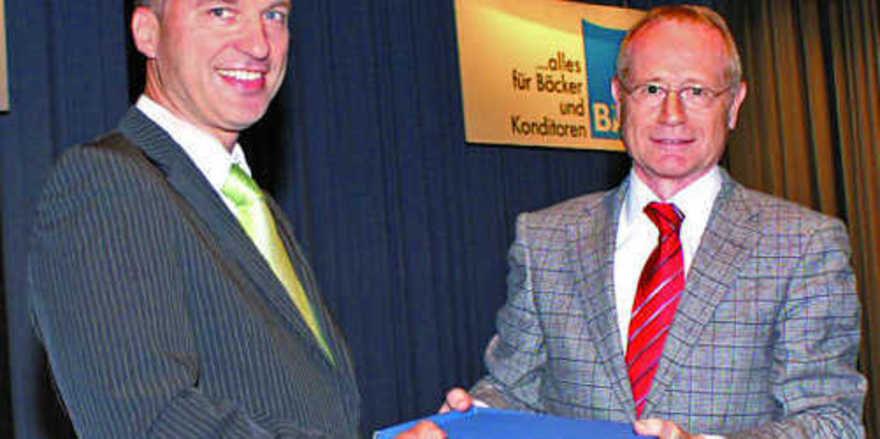Reiner Stolzenberger (links) schied, ebenso wie Roland Pflumm, aus dem Aufsichtsrat aus. Vorsitzender Johannes Schultheiß bedankte sich für das Engagement bei der Zusammenführung der Genossenschaften.