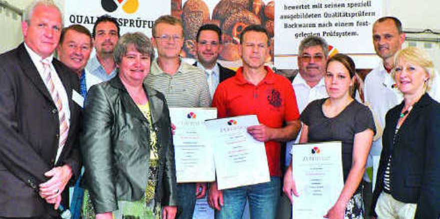 Mit Gold prämiert: Die Lebensmittelüberwacher Thomas Zwiener, Dr. Jutta Bauer (von links) und Stadträtin Marlene Wüstner (rechts.) überreichten die Prüfurkunden.