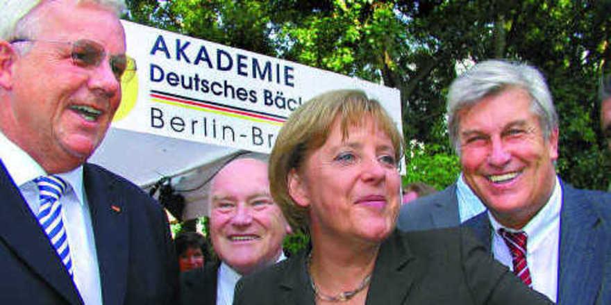 Die Kernbotschaft des Sommerbiwaks lautete: Handwerk und Mittelstand tragen das Land. Davon überzeugten sich beim offiziellen Rundgang neben Bundeskanzlerin Angela Merkel (M.) auch PKM-Vorsitzender Dr. Michael Fuchs, der Tourismusbeauftragte der Bun