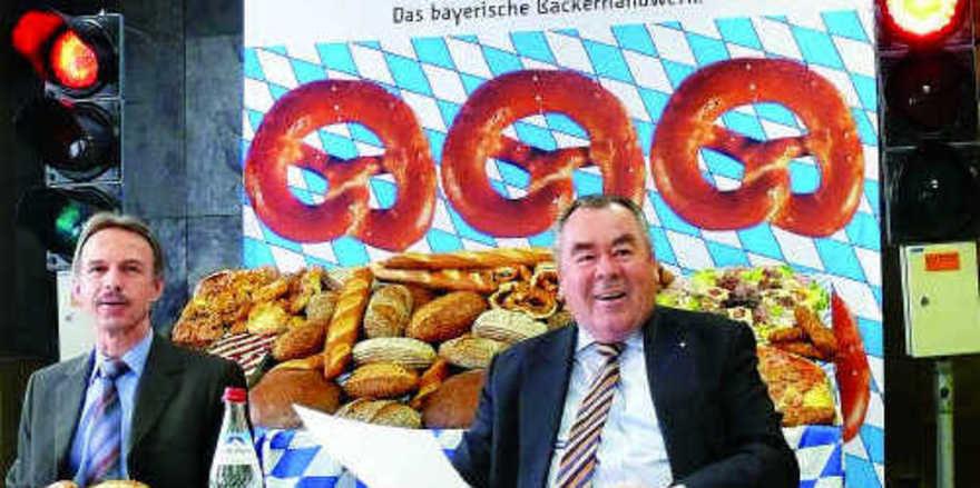 Geschäftsführer Wolfgang Filter (links) und Landesinnungsmeister Heinrich Traublinger stellten die Ampeln auf Rot. Das bayerische Bäckerhandwerk will damit ein sichtbares Stoppsignal für überflüssige Bürokratie aus Brüssel setzen. Foto: Eberhardt