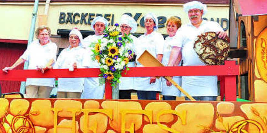 Attraktion beim Umzug im Rahmen des Burgfestes: Viel Aufsehen erregte der Bäckerwagen, den Meister Emil Hees (rechts) mit seinem Team als Backstube eingerichtet hat.