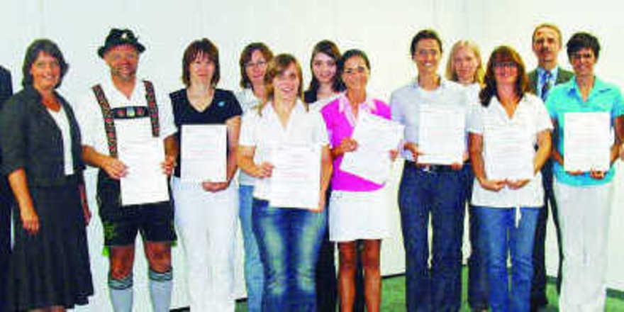 Die Absolventen des Zertifikats-Kurses Ernährungsberater/in mit Anette Schulte (6. von rechts), der Kursbesten sowie Josef Eberl (3. von links), der als Bäckermeister den Kurs erfolgreich absolvierte, Dr. Wolfgang Filter (3. von rechts), Petra Schar
