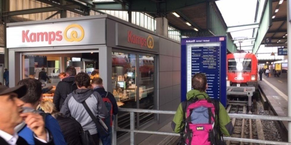 Auch am Stuttgarter Bahnhof ist Kamps schon am Bahnsteig am Start.