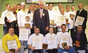 """Peter Bleser, Parlamentarischer Staatssekretär im BMELV (Mitte), überreichte die """"Goldene Brezel"""" an Innungsbäcker."""