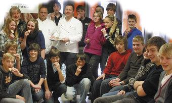 Die Obermeister Josef Wengenmayer (hinten v. li.) und Günther Weindl informierten die interessierten die Jugendlichen.