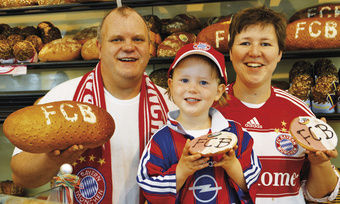 Familienteam im Fußballfieber: Viola und Dieter Stiele präsentieren mit Tochter Sarah schmackhafte Fan-Artikel für Anhänger des Champions-League-Finalisten FC-Bayern München. Eine Aktion, die bei den Kunden sehr gut angekommen ist.