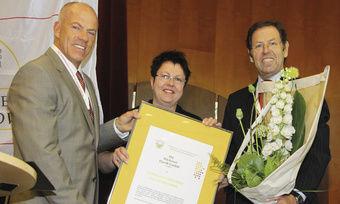 """Carmen Heincke (M.) nimmt von LIM Bernd Siebers (l.) und GF Walter Dohr die Auszeichnung als """"Ausbildungsbetrieb des Jahres"""" entgegen."""