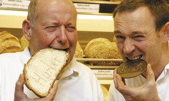 """""""Qualität ohne Zusatzstoffe ist unser oberstes Ziel"""" sagen die Bäckermeister Lothar (links) und Jörg Hurler, die dieses Jahr mit dem """"Staatsehrenpreis für Bayerns beste Bäcker"""" ausgezeichnet wurden."""