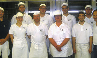 Eine Gruppe der künftigen Meister in der Lehrbackstube der Handwerkskammer Niederbayern-Oberpfalz in Straubing. Links Ausbilder Gerhard Schuldhaus, rechts Lehrgangsleiter Egbert Huber.