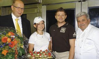 Glückwünsche für eine engagierte Auszubildende (v. l.): Thomas Lörch (Vandemoortele), Miriam Beutner, Johannes und Hans Hirth.