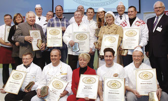 """22 Innungsbäcker erhielten die """"Goldene Brezel"""" auf der Grünen Woche von Peter Bleser, Parlamentarischer Staatssekretär im BMELV (re.)."""