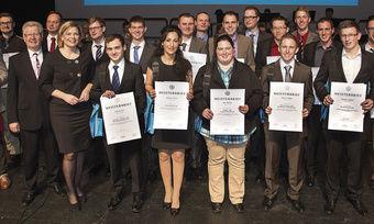 Die Jahrgangsbesten ihres Handwerks erhalten ihre Meisterbriefe, überreicht durch Julia Klöckner, CDU-Fraktionsvorsitzende im rheinland-pfälzischen Landtag (6.v. li.), HwK-Präsident Werner Wittlich (li. daneben) und Hauptgeschäftsführer Alexander Bad