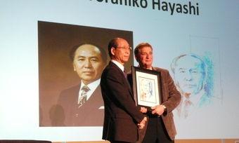 Torahiko Hayashi (links) bei der Übergabe des Bildes.