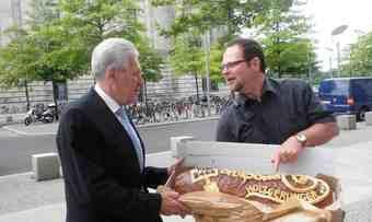 Eberhard Binder trifft Michael Glos, einen der Botschafter des Deutschen Brotes.