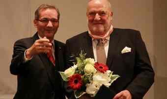 """Brandenburgs Ministerpräsident Matthias Platzeck (links) überreicht Bäckermeister Peter Dreißig aus Cottbus den """"Roten Adlerorden""""."""