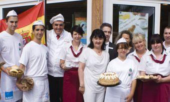 Karl-Dietmar Plentz mit Guillem Xanxo (4. und 3. von links) bei der Begrüßung der neuen Auszubildenden.
