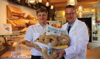 Zusammen mit der Regionalzeitung präsentiert Gerhard Kotter (rechts) das Sommerloch-Brot.