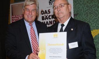 Peter Becker, Präsident des Zentralverbandes des Deutschen Bäckerhandwerks (von links) und Hartmut Körner, neues Ehrenmitglied des Zentralverbandes.