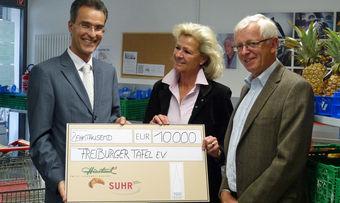 Dietmar Ney (links), Hiestand & Suhr, überreichte an die Vorsitzende der Freiburger Tafel, Annette Theobald (Mitte) und den stellvertretenden Vorsitzenden Hatto Müller (rechts), eine Spende über 10.000 Euro für die Ausstattung des Tafelladens. Foto: