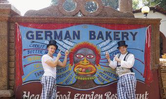 Felix Remmele und Marc Mundri (von links) bereisen Goa. Leider ist die deutsche Bäckerei wegen Umbau geschlossen.