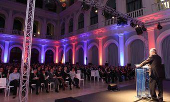 Die geladenen Gäste verfolgen aufmerksam die kurzweilige Preisverleihung am Vorabend der Internorga.