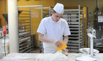 Bäcker brauchen Berufsnachwuchs. Dass ausländische Azubis in Deutschland Fuß fassen, gestaltet sich in der Praxis als schwierig.