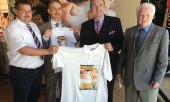 Rollups und T-Shirts wechseln die Besitzer (von links): Wolfgang Schmid, Wolfgang Filter, Heinz Hoffmann und Alois Spitzer.