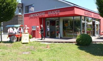 Die gläserne Backstube von Josef Baader gewährt Einblick in die Produktion.