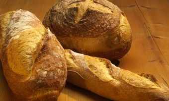 Ganze Brote werden seltener im Handel verkauft.