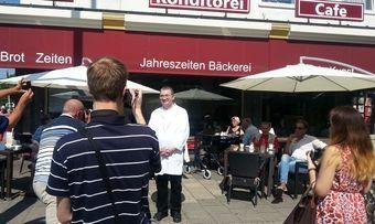 Heinz Hoffmann lächelt freundlich in die Kameras der Journalisten.