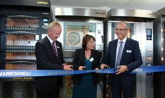 Offizielle Eröffnung von Wiesheu France (von links): Volker Groos (Geschäftsführer Wiesheu Deutschland), Marie-Reine Fischer (Vizepräsidentin der Region Elsass) und Jean-Luc Kaercher (Geschäftsführer Wiesheu France).