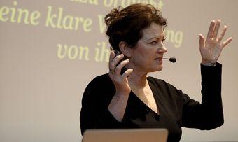 Die Trendforscherin Hanni Rützler stellt den Food Report 2015 vor.