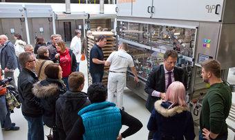 Besucher lassen sich im Technikum die WP Brötchenanlage Selecta modular erklären.