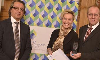 Strahlen bei der Preisverleihung (von links): Oliver Scholl, Cathleen Schlüter und Matthias Nolte.