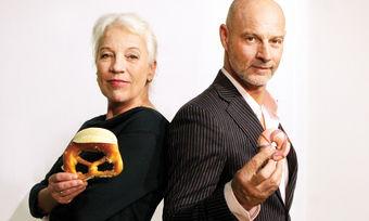 Die Geschichte vom Industrie- gegen Handwerksbäcker mit Manfred Frisch (Simon Licht) und Marga Laible (Ulrike Barthruff).