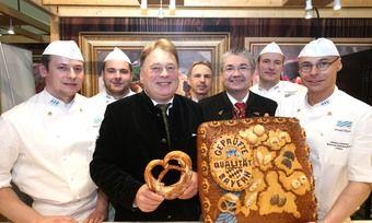 Landwirtschaftsminister Helmut Brunner (3. von links) macht mit den Bäckern Werbung für Backwaren aus Bayern.