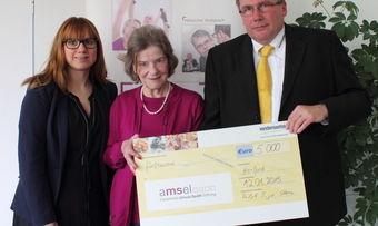 Ralph-Ingo Stein (Verkaufsleiter Süd) überreicht zusammen mit Pressereferentin Nicole Feußahrens (links, beide Vandemoortele) den Spenden-Scheck an Schirmherrin Ursula Späth.