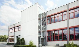 Der Hauptsitz der Deutsche Berufskleider-Leasing GmbH ist in Zirndorf.